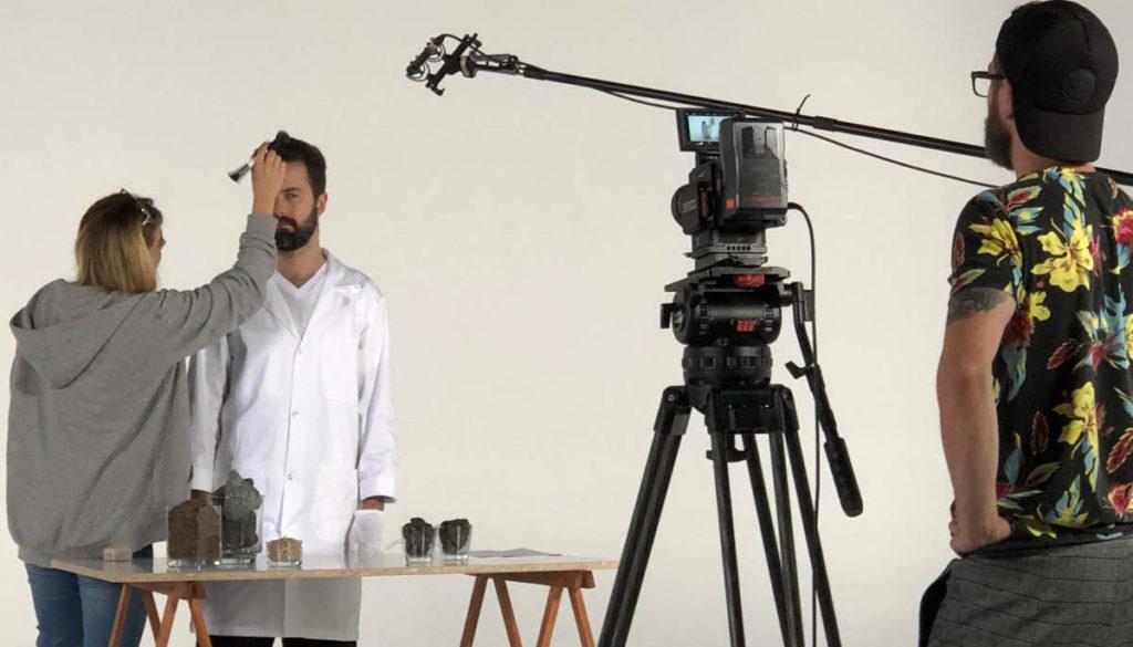 Paweł Hajnos opowie zaraz z czego powstaje wełna mineralna. Plan filmowy MIWO.